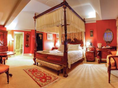 holt bedroom fourposter
