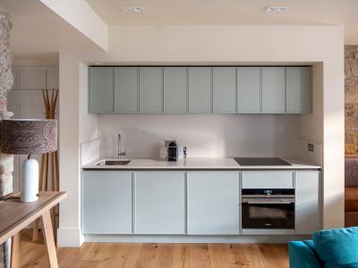 Deluxe-2-bedroom-ComteArtois-Kitchen