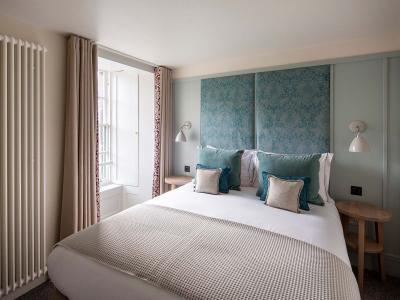 Deluxe-1-bedroom-Sir-James-Steuart-Bedroom