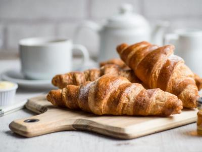 breakfast-croissants-with-marmalade